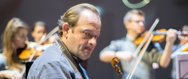 Musiker von Polish Art Philharmonic lieben Humor ihres Maestro